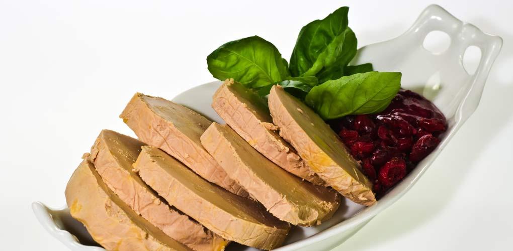 Foie gras maison sur son lit de framboise